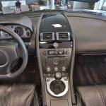 Tableau de bord d'une Aston Martin Vantage noire 2008 - EXO Automobiles