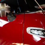 Rétroviseur d'une Mini Cooper S Convertible rouge 2017 - EXO Automobiles